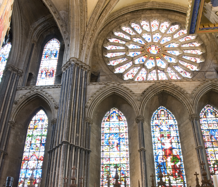 The Chapel of the Nine Altars differs markedly from the rest of Durham Cathedral in that it consists of large expanses of glass, soaring pointed vaults, and similarly shaped arches. The result is that much more light enters this section of the building.